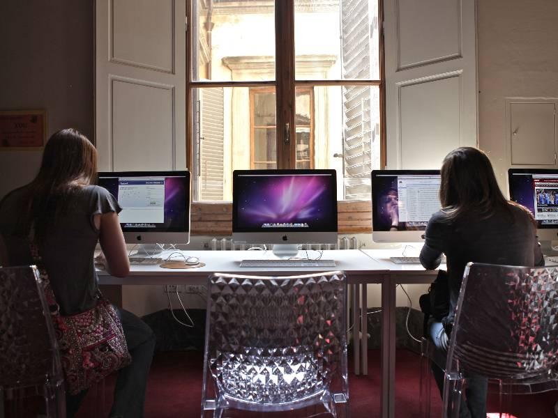 Disponiamo anche di una sala computer con 10 iMac