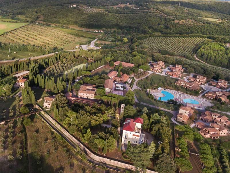 veduta aerea borgo e Villa Moris