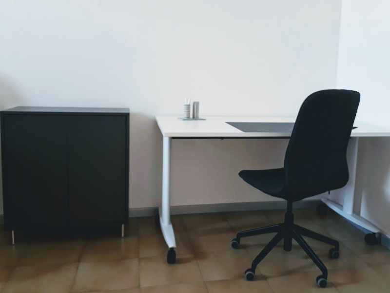 Mini ufficio privato con 1-2 scrivanie distanziate