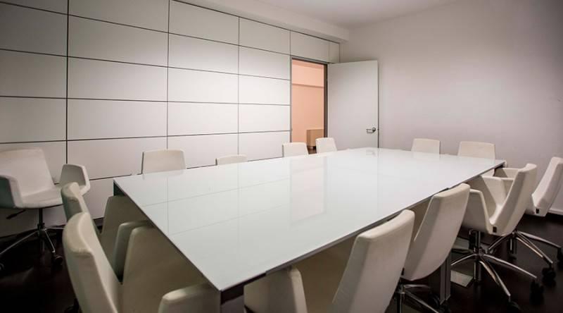 La sala riunioni, situata al secondo piano della struttura, è dotata di 12 poltroni in pelle e tavolo in vetro. Può essere allestita con proiettore e lavagna a fogli mobili.